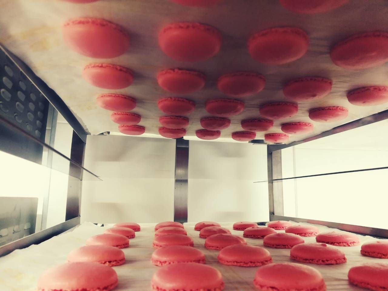ροζ μακαρόν, Ζαχαροπλαστεία καλαμάτας madamecharlotte.gr, σοκολατάκια πάστες γλυκά τούρτες γεννεθλίων γάμου βάπτισης παιδικές θεματικές birthday theme party cake 2d 3d confectionery patisserie kalamata