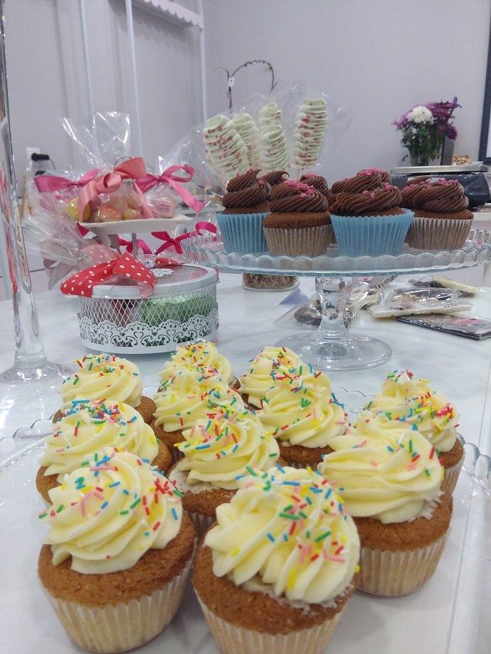 cup cakes με κρέμα γλυκό τυρί, Ζαχαροπλαστείο καλαμάτα madame charlotte, σοκολατάκια πάστες γλυκά τούρτες γεννεθλίων γάμου βάπτισης παιδικές θεματικές birthday theme party cake 2d 3d confectionery patisserie kalamata