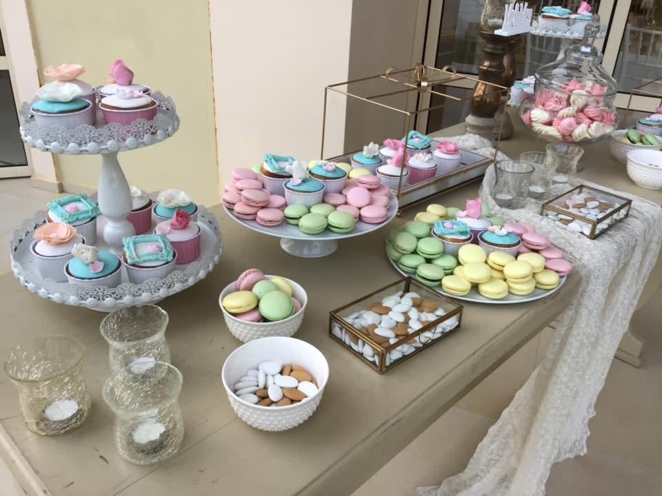 Μπουφέ Γάμου cup cake, macaron, μαρέγκα και κουφέτα, Εντυπωσιακό μπουφέ για τους καλεσμένους σας με διαφορετικές και νέες προτάσεις για να ενθουσιαστούν.  Γευστικά cup cakes με χειροποίητη διακόσμηση στο θέμα του γάμου. Πολύχρωμα macanons με διαφορετικές γευσεις που θα καταπλήξουν. Μαρεγκάκια(μπεζεδάκια) σε χρωματισμούς και γεύση που θα συναρπάσουν. Τραγανά κουφέτακια με διαφορετική γέμιση και εμφάνιση που δε θα περάσουν απαρατήρητα. Ζαχαροπλαστειο καλαματα madame charlotte, wedding cakes kalamata
