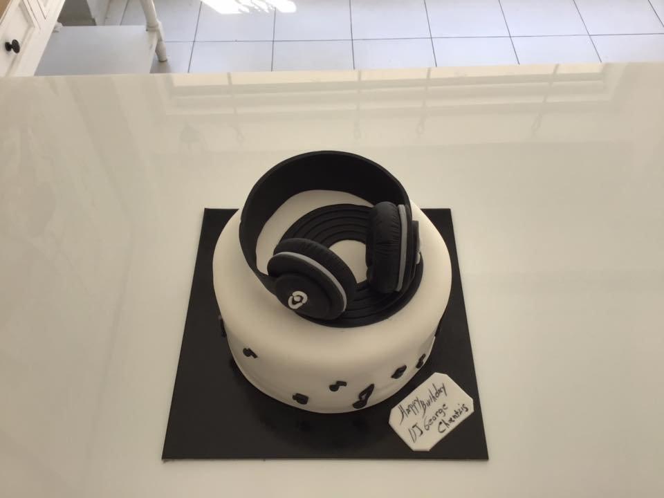 τούρτα από ζαχαρόπαστα DJ δίσκος CD ακουστικά μουσικής νότες,  Ζαχαροπλαστείο καλαμάτα madame charlotte, τούρτες γεννεθλίων γάμου βάπτησης παιδικές θεματικές birthday theme party cake 2d 3d confectionery patisserie kalamata