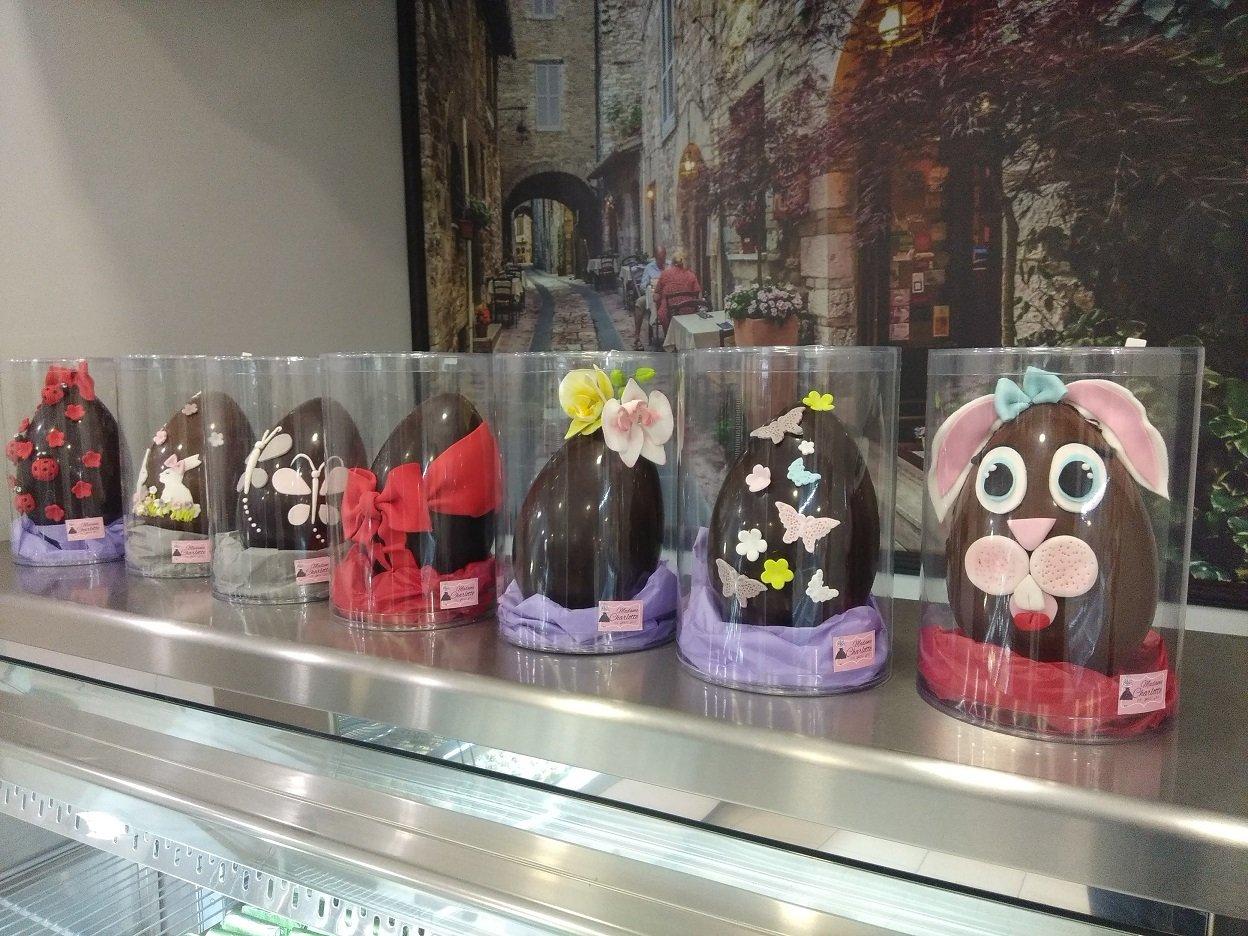 πασχαλινά αβγά με πραγματική σοκολάτα και χειροποίητη διακόσμηση από ζαχαρόπαστα, Ζαχαροπλαστεία Καλαμάτας madame charlotte, σοκολατάκια πάστες γλυκά τούρτες γεννεθλίων γάμου βάπτισης παιδικές θεματικές birthday theme party cake 2d 3d confectionery patisserie kalamata