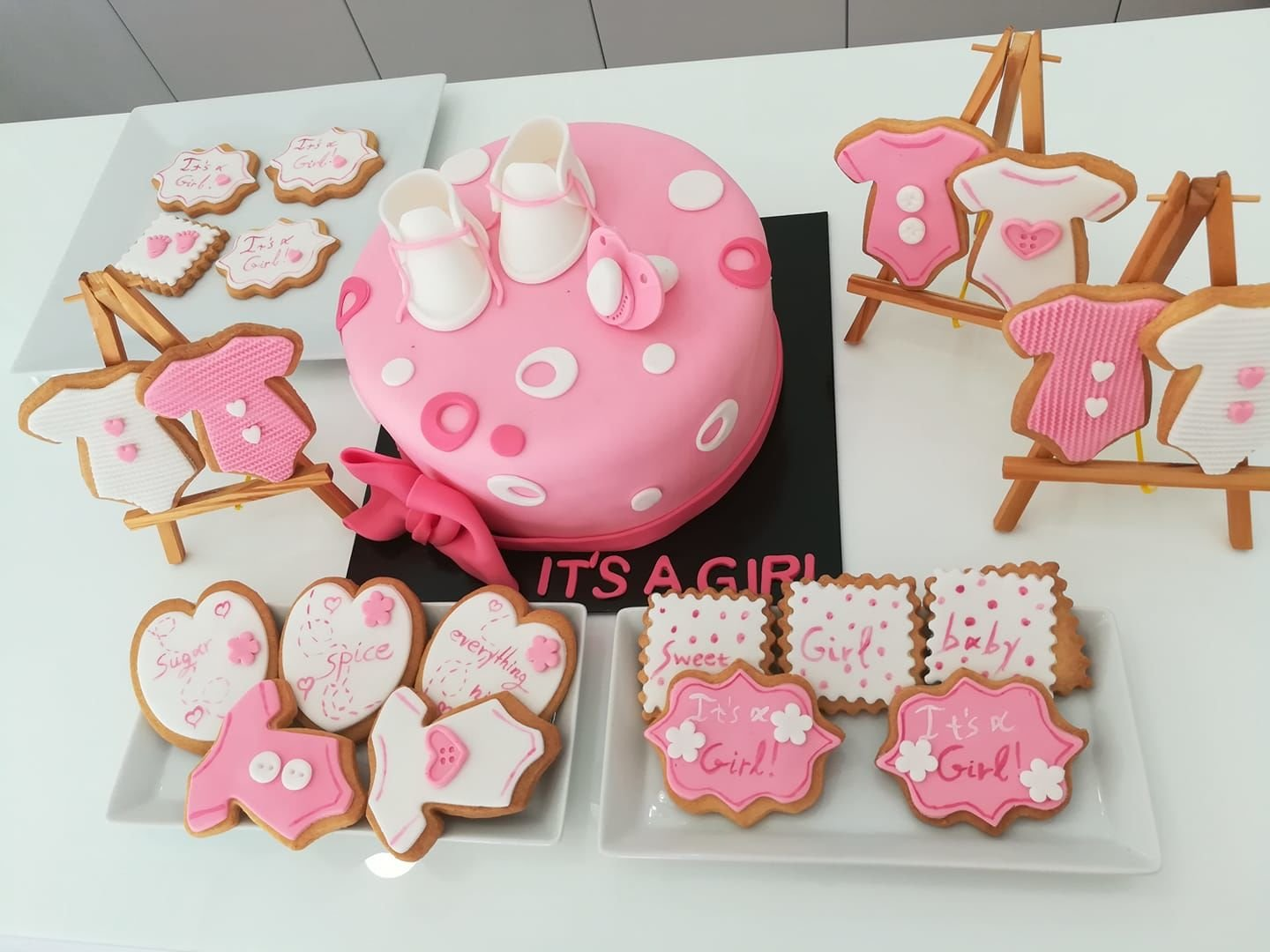 baby shower party it's a girl με τούρτα και cookies από ζαχαρόπαστα κορίτσι, ζαχαροπλαστείο καλαμάτα madamecharlotte.gr, birthday theme party cakes 2d 3d confectionery patisserie kalamata
