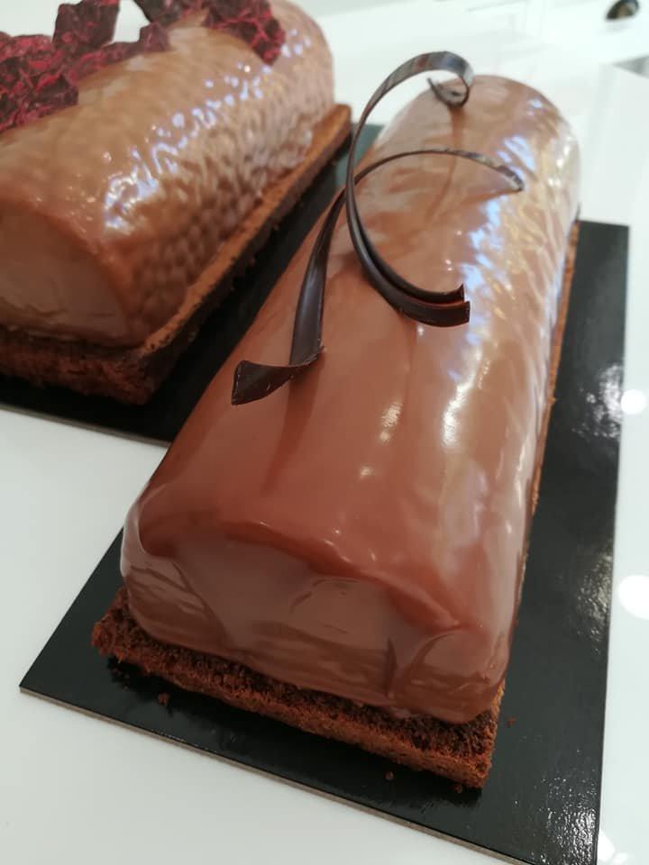 κορμός κρέμα με καραμελωμένο αχλάδι και βάση brownies, Ζαχαροπλαστείο κοντά μου στη καλαμάτα madame charlotte, σοκολατάκια πάστες γλυκά τούρτες γεννεθλίων γάμου βάπτισης παιδικές θεματικές birthday theme party cake 2d 3d confectionery patisserie kalamata