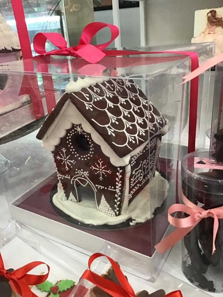 χριστουγεννιάτικο μπισκοτόσπιτο, Ζαχαροπλαστείο κοντά μου στη καλαμάτα madame charlotte, σοκολατάκια πάστες γλυκά τούρτες γεννεθλίων γάμου βάπτισης παιδικές θεματικές birthday theme party cake 2d 3d confectionery patisserie kalamata