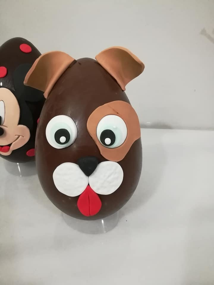 Πασχαλινό σοκολατένιο αβγό σκυλάκι, #sokolatenia #pasxalina #auga χειροποίητα πασχαλινά δώρα, σοκολατένια αβγά, Ζαχαροπλαστεία στη καλαμάτα madame charlotte, τούρτες γεννεθλίων γάμου βάπτισης παιδικές θεματικές handmade easter gifts chocolate eggs confectionery patisserie kalamata