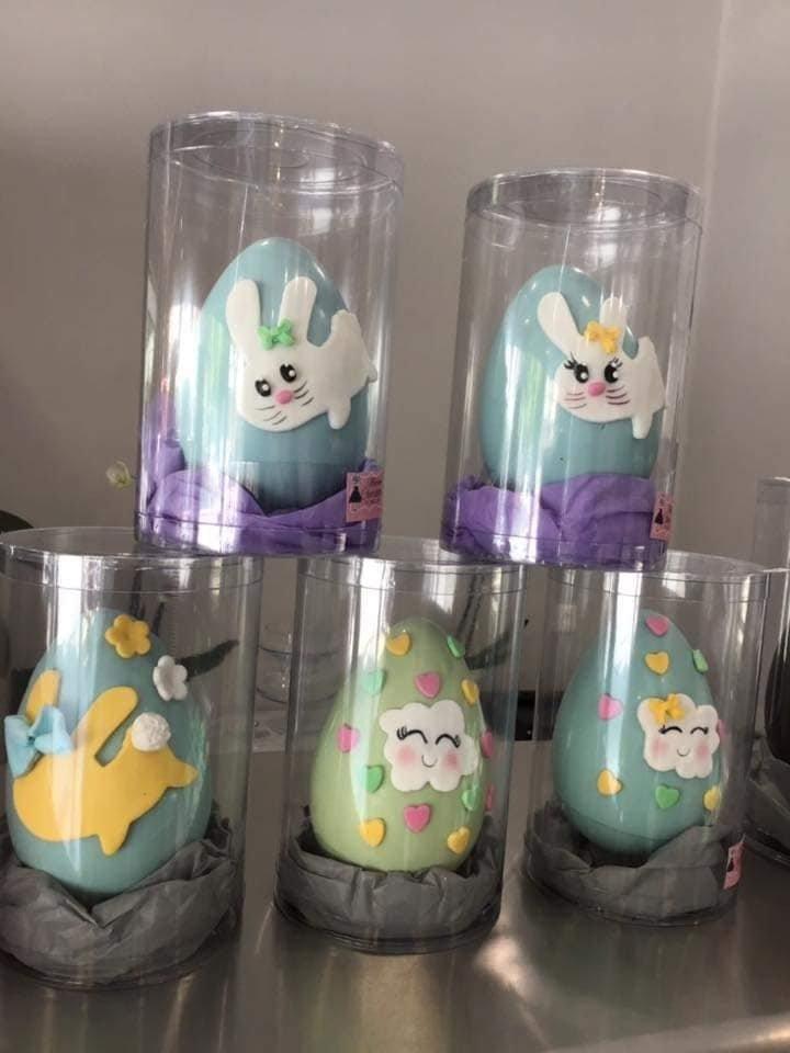 Πασχαλινό σοκολατένιο αυγό χρωματιστό, #sokolatenia #pasxalina #auga χειροποίητα πασχαλινά δώρα, σοκολατένια αβγά, Ζαχαροπλαστεία κοντά μου στη καλαμάτα madame charlotte, τούρτες γεννεθλίων γάμου βάπτισης παιδικές θεματικές handmade easter gifts chocolate eggs confectionery patisserie kalamata