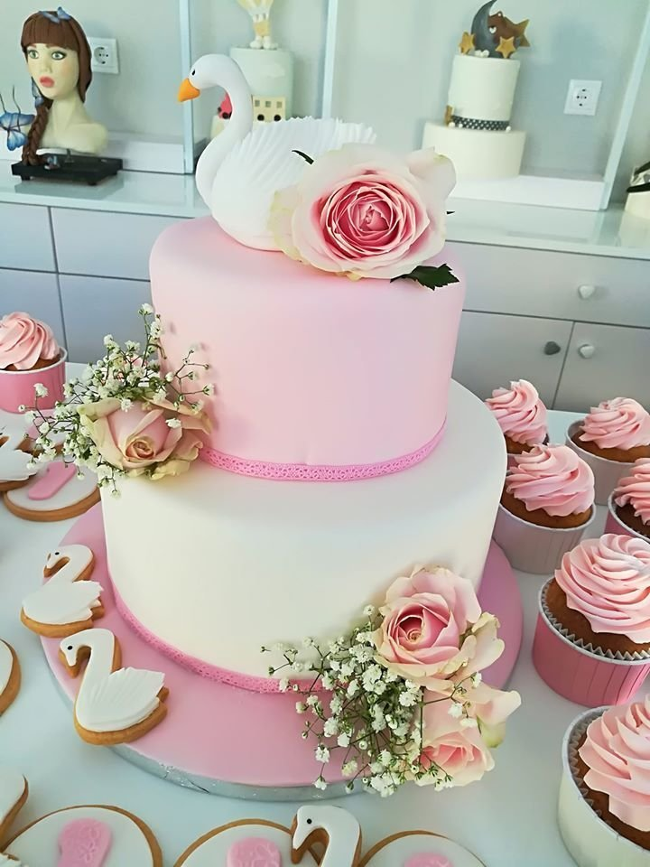 τούρτα γάμου δυοροφη κύκνος από ζαχαρόπαστα με άνθος λουλούδιου με ζαχαρόπαστα, ζαχαροπλαστεία καλαμάτας madamecharlotte.gr, birthday theme party cakes wedding birthday 2d 3d cakes confectionery patisserie kalamata