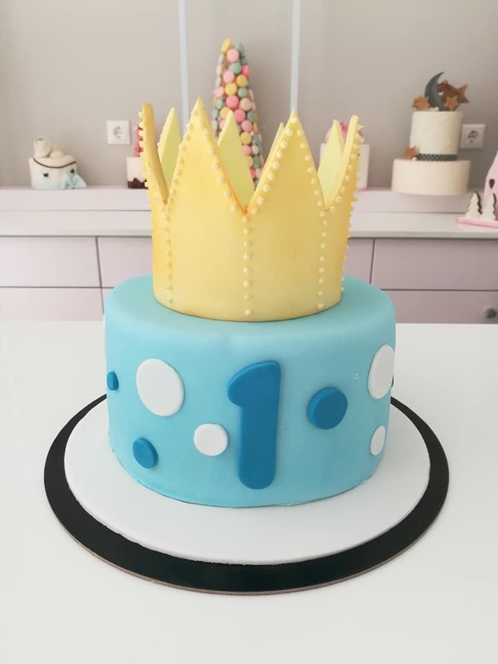τούρτα από ζαχαρόπαστα χρυσό στέμμα golden crown, Ζαχαροπλαστείο καλαμάτα madame charlotte, τουρτες παρτι παιδικες γενεθλίων για αγόρια για κορίτσια για μεγάλους madamecharlotte.gr birthday theme cakes patisserie confectionery kalamata