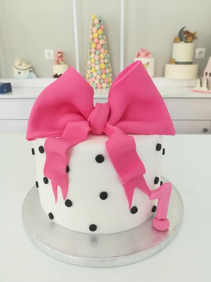 τούρτα από ζαχαρόπαστα ροζ φιόγκος, Ζαχαροπλαστείο καλαμάτα madame charlotte, τουρτες παρτι παιδικες γενεθλίων για αγόρια για κορίτσια για μεγάλους madamecharlotte.gr birthday theme cakes patisserie confectionery kalamata