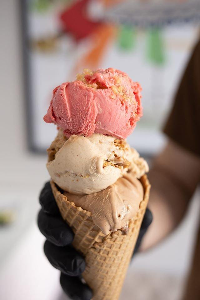παγωτό χωνάκι Caramel praline strawberry καλαμάτα, gelato gelateria, homemade handmade ice cream kalamata, Ζαχαροπλαστεία καλαμάτας madame charlotte, φαρών 139, καλαματα, madamecharlotte.gr, confectionery patisserie