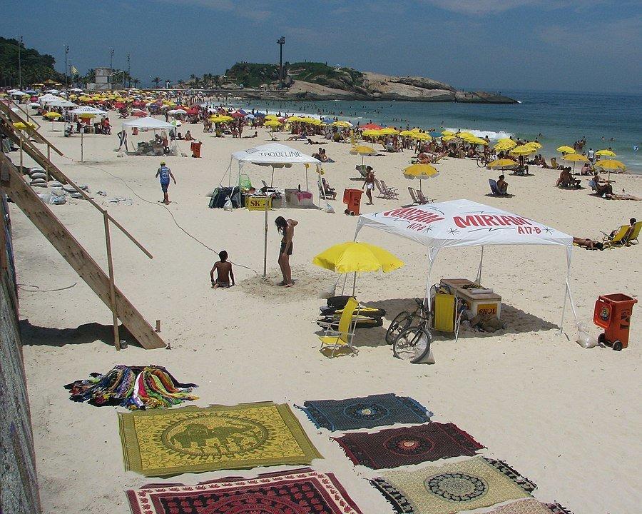 דוכנים ומכירת קנגס בחוף ארפואדור