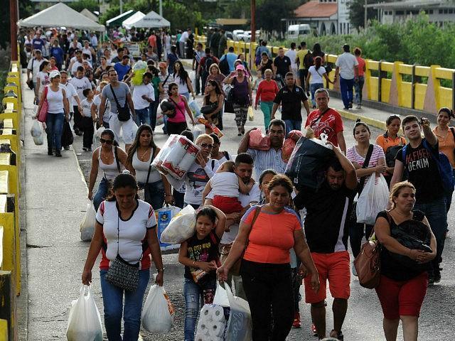 Venezuela, San Antonio del Táchira : Venezuelans carrying groceries cross the Simon Bolivar bridge from Cucuta in Colombia back to San Antonio de Tachira in Venezuela, on July 10, 2016. Thousands of Venezuelans crossed Sunday the border with Colombia to take advantage of its 12-hour opening after it was closed …
