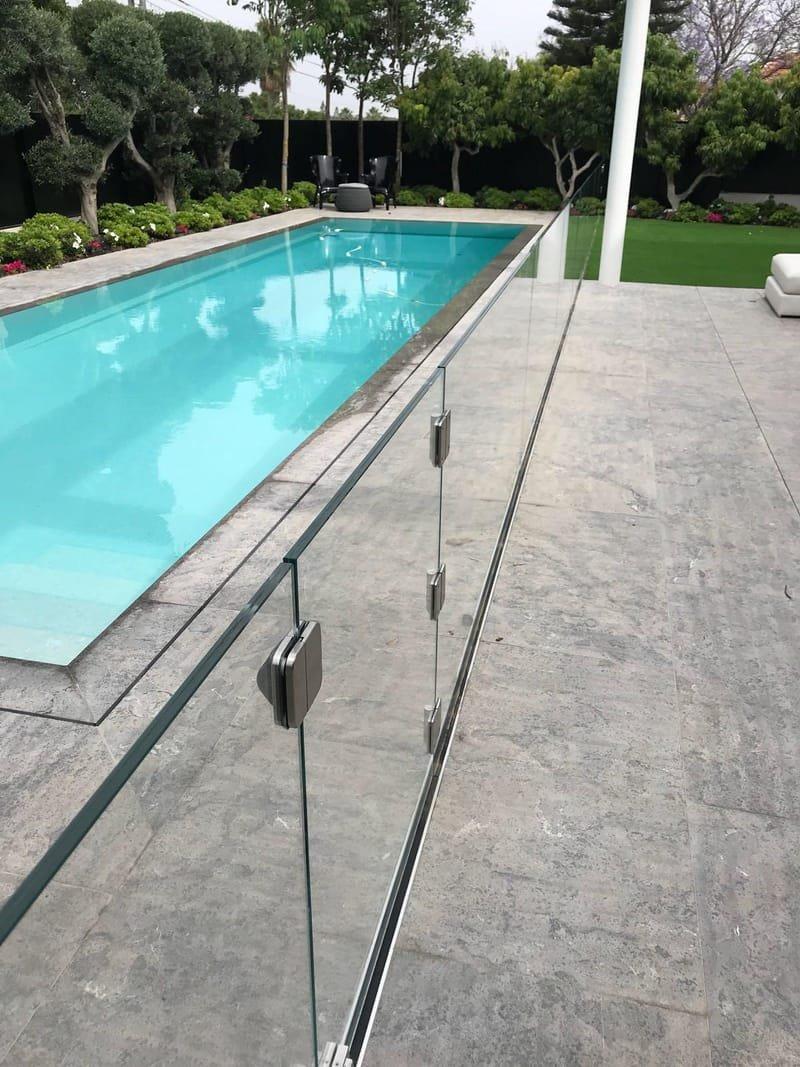 מעקות זכוכית בטיחותיים לבריכות שחיה