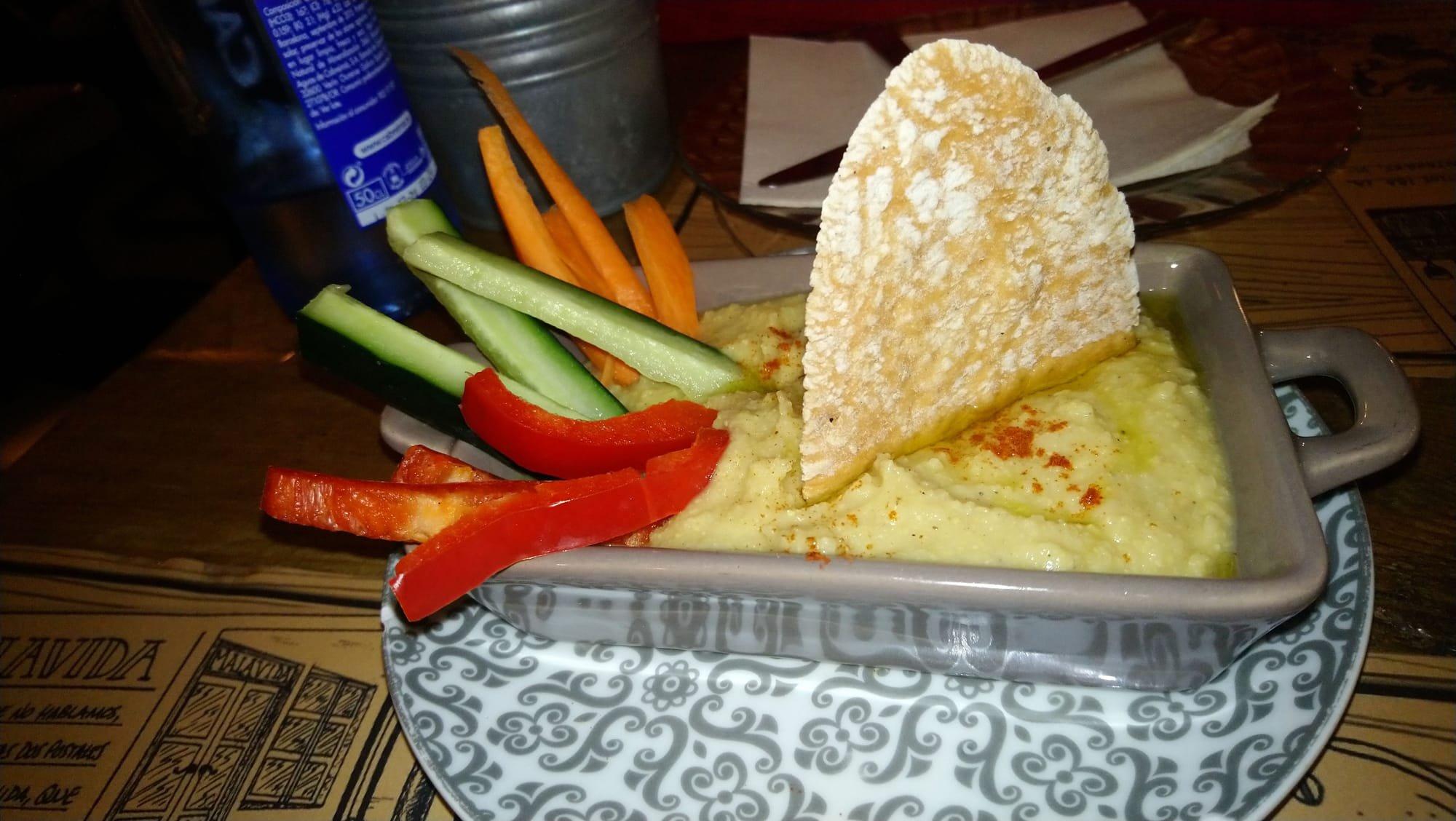 Hummus con crudités y regañas