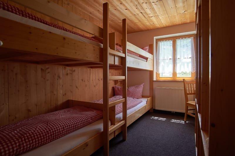 Vierbettzimmer mit warm und kalt Wasser