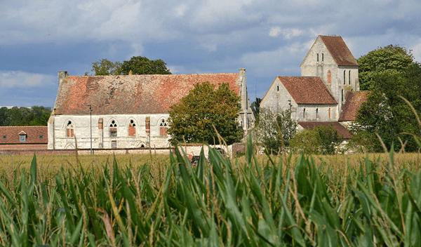 Ancienne léproserie jusqu'au XVIIIème siècle, la maladrerie Saint-Lazare de Voisinlieu, préservée et restaurée au tournant des années 1980, est classée monument historique depuis 1939, préfecture de Beauvais.