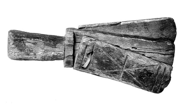 Ancienne cliquette pour lépreux : trois pièces de bois reliées par un ruban. L'agrandissement montre un lépreux agitant sa cliquette, Barthélémy l'Anglais, Livre des propriétés de choses, France, XVe siècle.