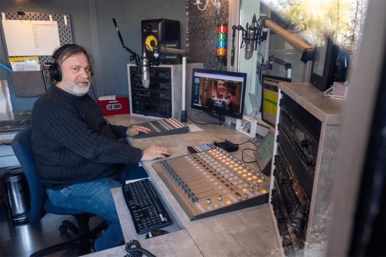 """Radio Minerva helpt senioren door eenzame periode: """"Onze luisteraars willen hoopvolle liedjes horen"""""""