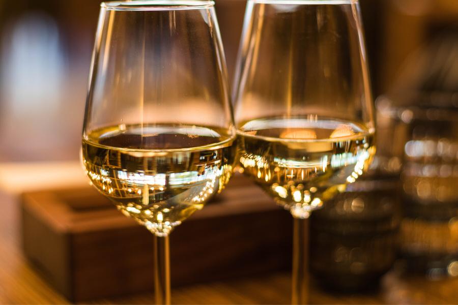 Deux verres de vin blanc pour accompagner une raclette