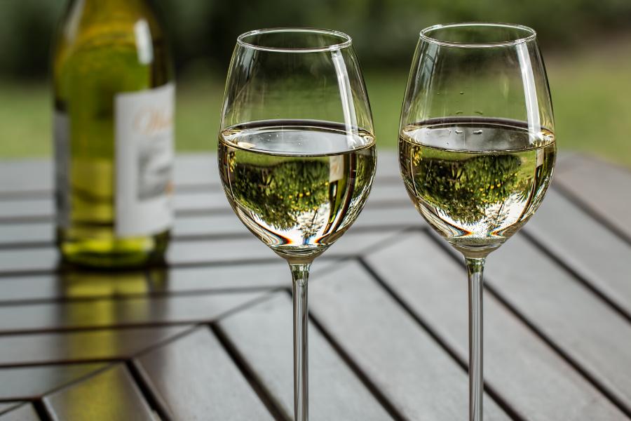 Deux verres de vin blanc sec issu de cépage Chardonnay
