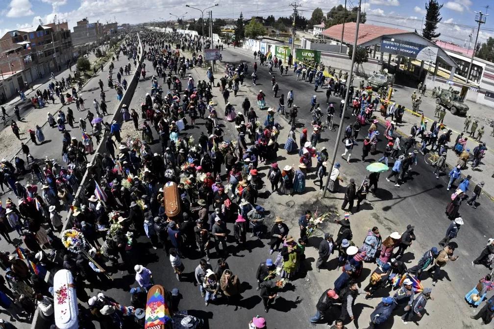 Protesto com caixões de mortos em confronto com policiais ocorre na Bolívia nesta quinta-feira (21) — Foto: Aizar Raldes/AFP