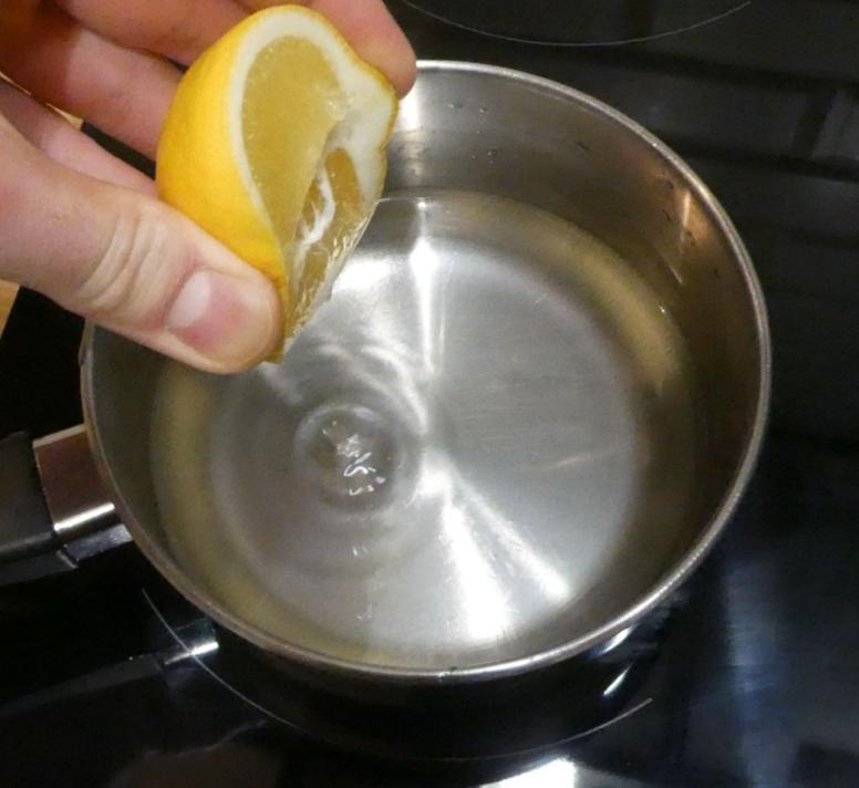 Dodawanie cytryny do syropu cukrowego