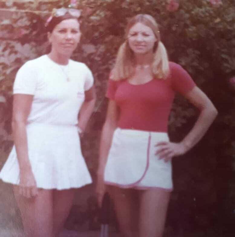 Com a amiga Moema, parceira do tenis