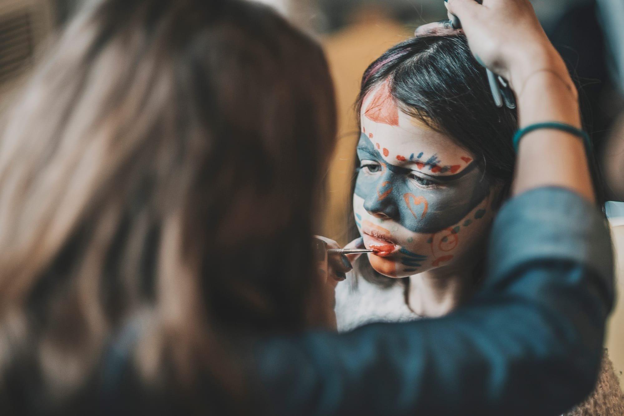 Anais Faure en train de faire un maquillage enfant sur un enfant