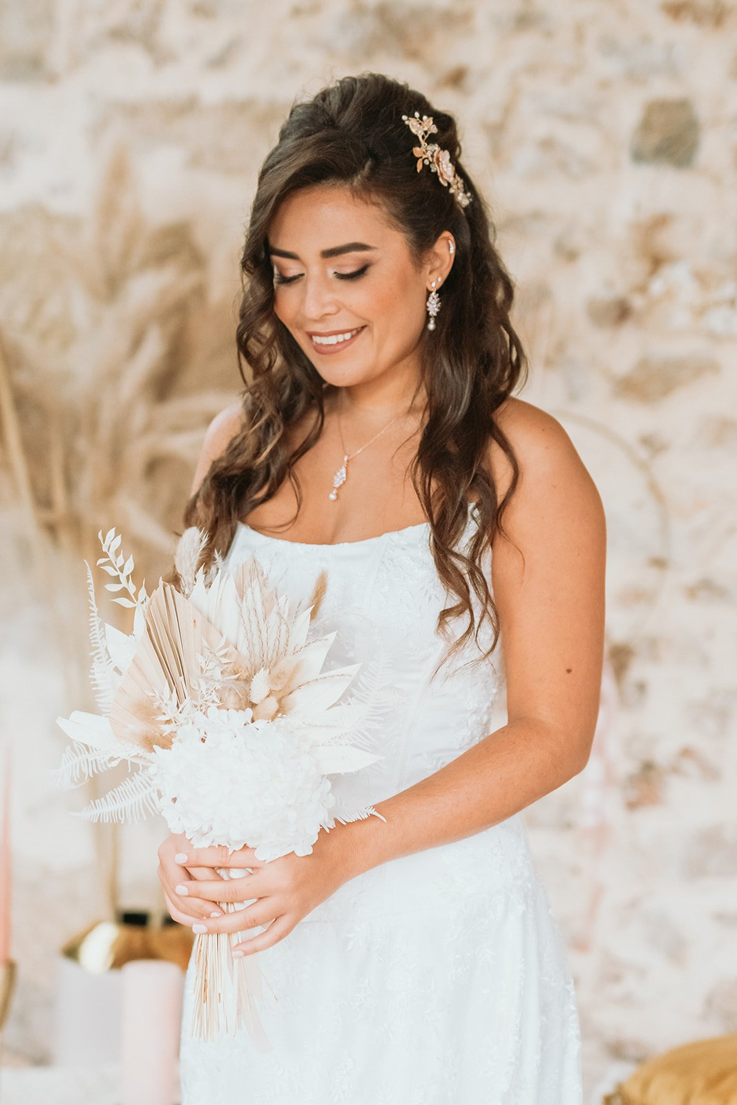 Mariée bohème avec un bouquet de fleurs champêtre