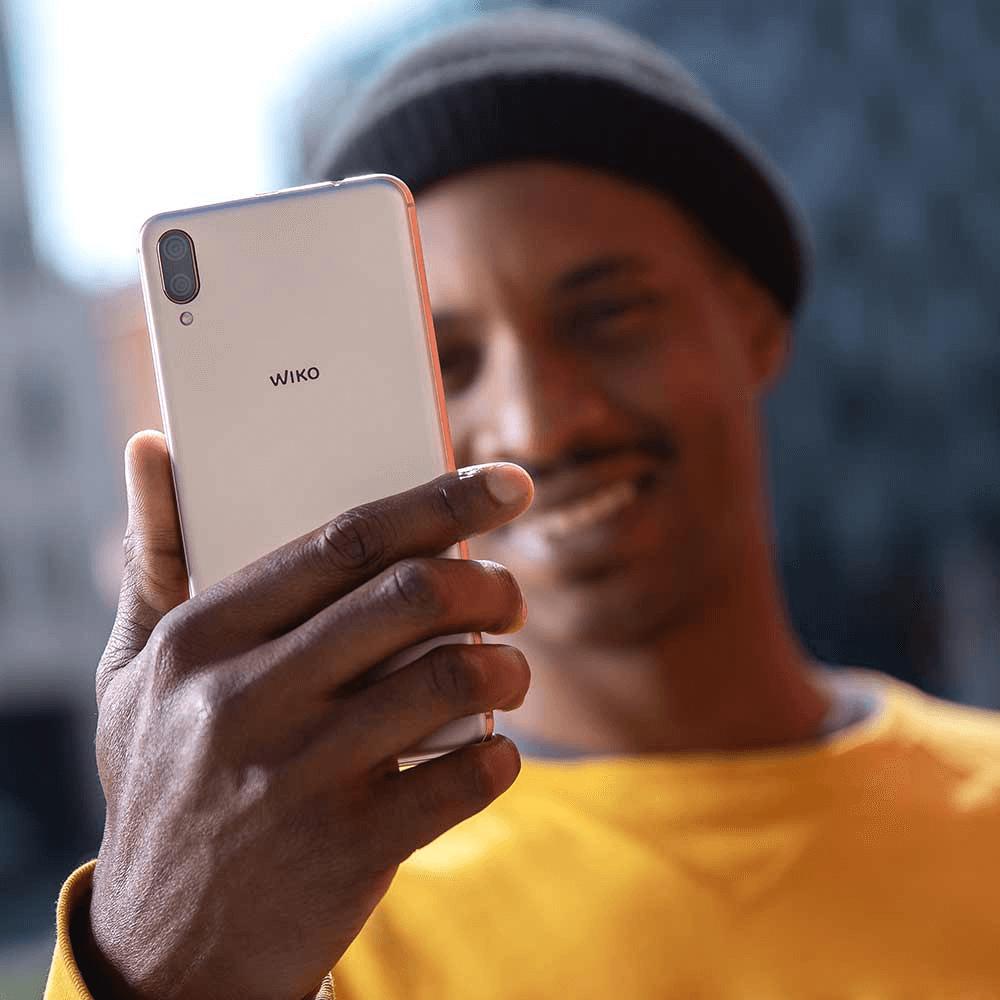 Uomo con in mano lo smartphone Y80