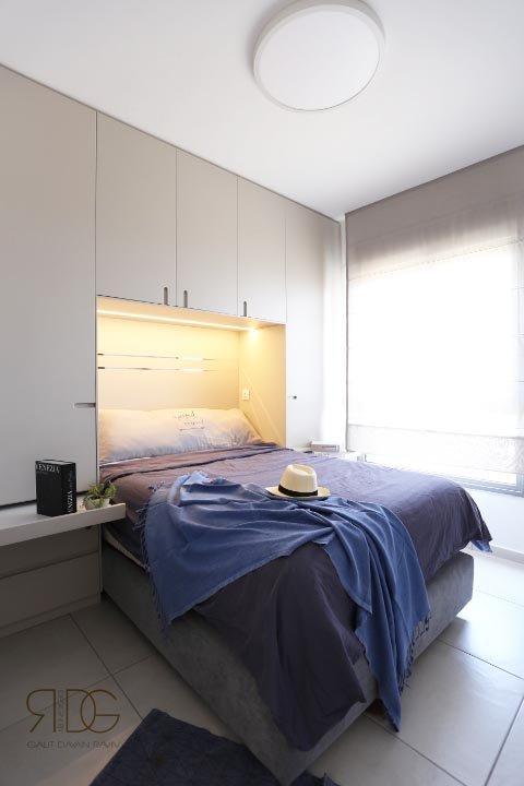 חדר בו שולב ארון סביב המיטה