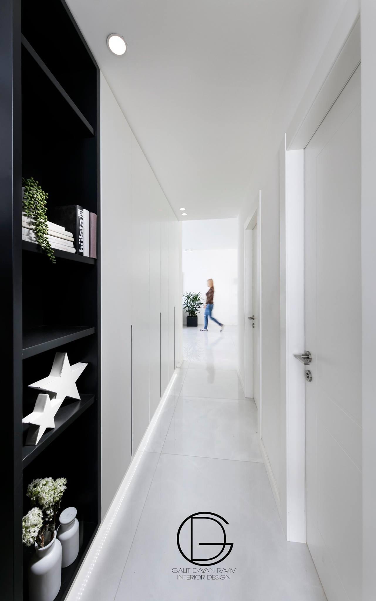ארון במקום מסדרון  עם תאורת לד מתחת שמאירה את כל הדרך לחדרים  בעדינות
