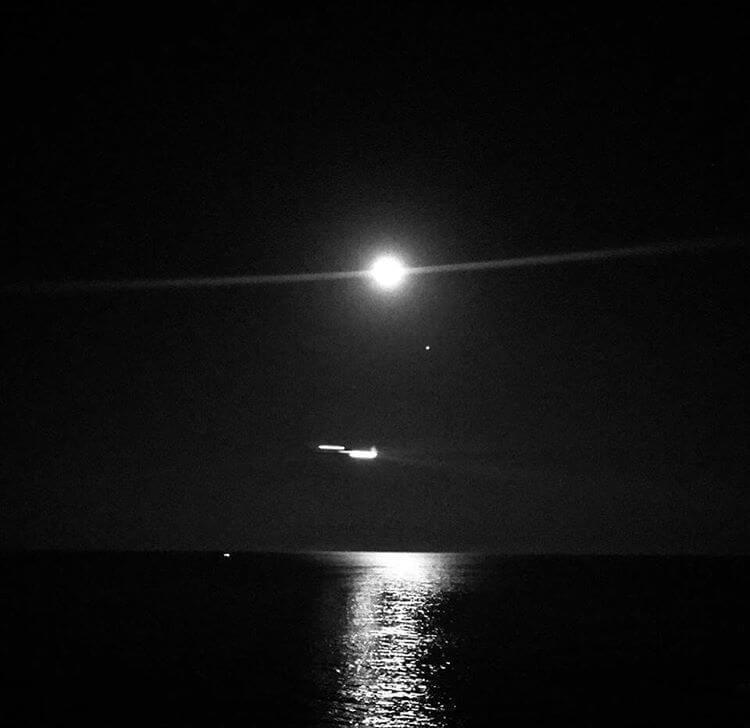 ליקוי ירח מלא ארבעה מאורות קרובים רחוקים - ספינה, מטוס חולף, מאדים ומעל כולם הירח. צולם בחדר מלון, לרנקה קפריסין