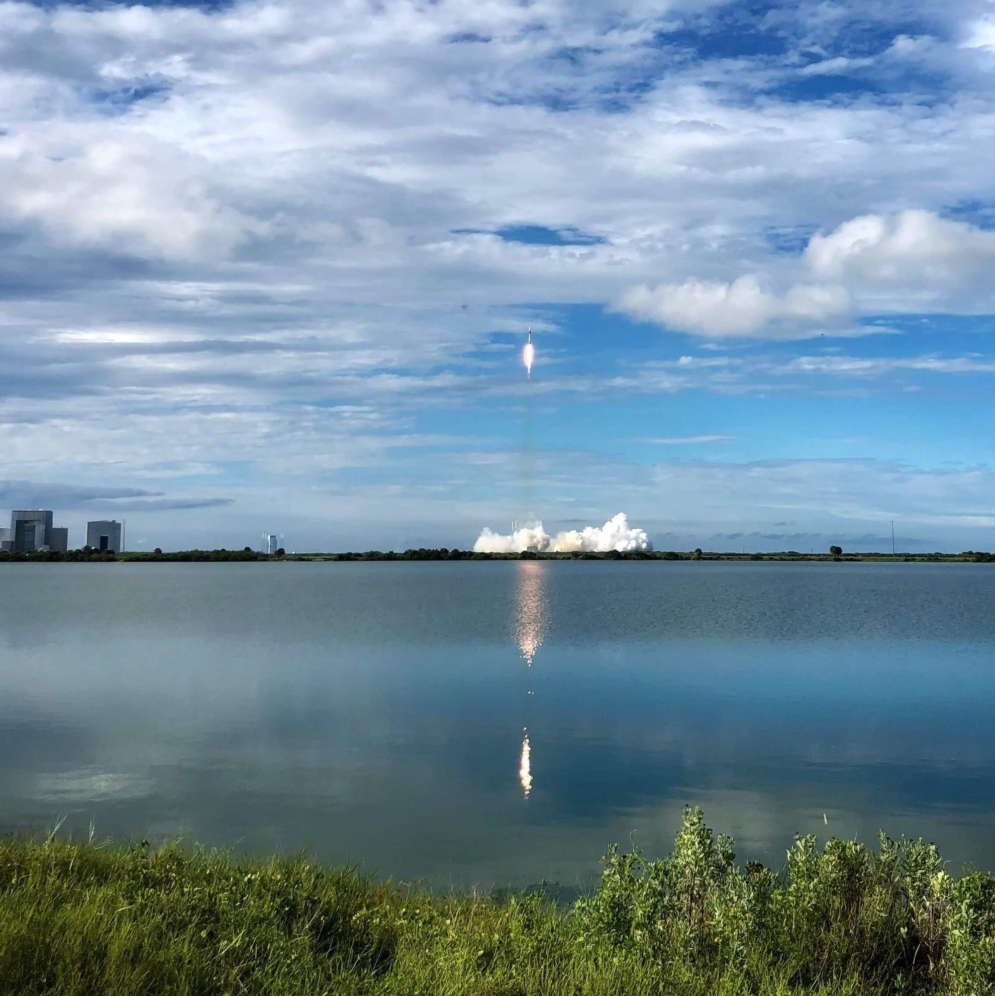 """צופה בשיגור לוין, נמל החלל קייפ קנוורל פלורידה, ארה""""ב"""