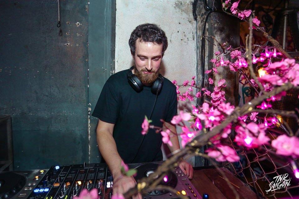 Hugh Mixing 2 CDJs